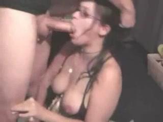 Очкастая студентка из Парижа демонстрирует глубокую глотку в ходе орального секса