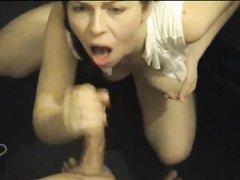 Домашняя девушка мастурбирует пенис жениха и ртом ловит сперму, в конце она выдавливает остатки спермы и высасывает её