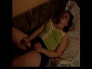 Фигурная домохозяйка сильно завелась и чтобы кончить начала мастурбировать киску с использованием вибратора