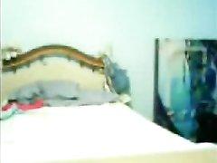 Влюблённая латинская парочка нежится на кровати, молодой парень делает куни и возбуждает леди, которая трахается с ним