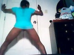 Молодая негритянка без трусиков танцует онлайн по вебкамере и трясёт упругой попой во все стороны