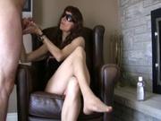 Госпожа в очках заводит поклонника ручкой, мастурбируя пенис, но не разрешает ему секс