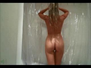 Стройная леди из Польши моется в ванной и можно смотреть на её прекрасное тело