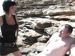 К зрелой супружеской паре на природе пожелала присоединиться молодая брюнетка для секса втроём