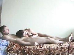 Русская жена сосёт член и подставляет дырки мужу, любящему домашний секс в динамичной форме