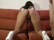 Длинноногая красотка встала на диване на карачки и дразнит парня попой, а затем показывает мастерский оральный секс