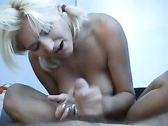 Блондинка в палатке захотела секса и после короткого футджоба облила пенис маслом и начала мастурбацию