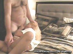 Нежный любовник в постели лижет киску широкобёдрой латинской блондинки