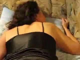 Чувак от первого лица мастурбирует киску и анал красотки с большой попой