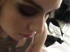Татуированная шалава от первого лица строчит любительский минет клиенту