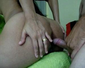 Фигуристая брюнетка с круглой большой попой обожает любительский анал