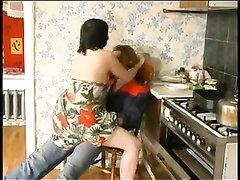 Русская зрелая брюнетка после минета трахается с молодым любовником на кухне