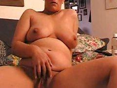 Зрелая домохозяйка секс игрушками мастурбирует киску и анальную дырку