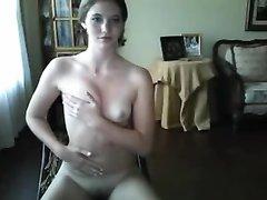 Домашний стриптиз молодой девушки снявшей нижнее бельё перед вебкамерой
