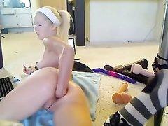 Домашний фистинг анала и бритой киски молодой блондинки перед вебкамерой