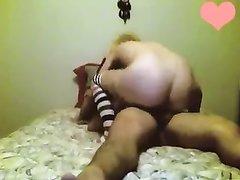 Блондинка в чулках возле вебкамеры трахнулась после домашнего минета
