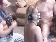 Групповой любительский секс с блондинкой и брюнеткой перед вебкамерой