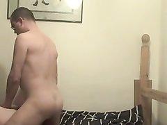 Подглядывание любительского секса с широкобёдрой толстухой в постели