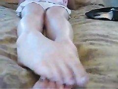 Любительский фут фетиш с шикарной красоткой показывающей ноги крупным планом