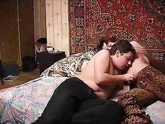 Зрелая русская домохозяйка с рыжими волосами трахнулась с молодым соседом