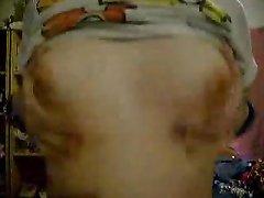 Красотка с маленькими сиськами перед вебкамерой занялась домашней мастурбацией