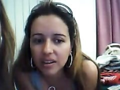 Молодая и обаятельная красотка перед вебкамерой обнажила упругие сиськи