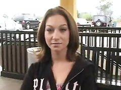 Любительский хардкор в автомобиле с окончанием на лицо молодой развратницы