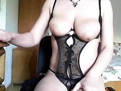 Любительская мастурбация по вебкамере от зрелой красотки с большими сиськами