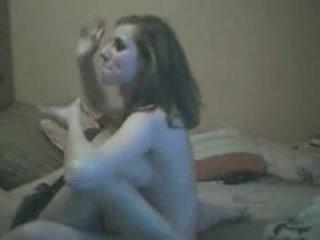 Домашняя сцена с молодыми русскими лесбиянкам развлекающимися в постели