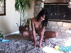 Любительская мастурбация молодой негритянки с маленькими сиськами в спальне