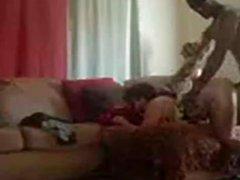 Негр перед скрытой камерой ловко трахнул белую домохозяйку с круглой попой