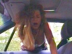 Зрелая развратница в латексе на улице пытается соблазнить скромного водителя