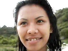 Любительская сцена с молодой азиаткой позирующей на нудистском пляже