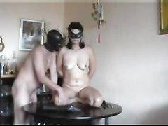 Куни и жёсткая домашняя мастурбация на столе зрелой развратницы в маске