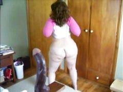 Зрелая и толстая домохозяйка с большой попой шикарно танцует без трусиков