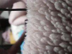 Поклонник помогает возбуждённой японке в домашней мастурбации волосатой киски