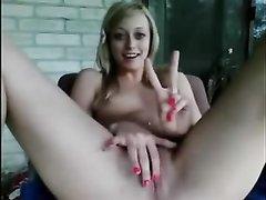 Блондинка с маленькими сиськами возле вебкамеры занялась домашней мастурбацией