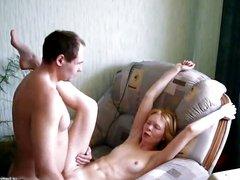 Русская молодая блондинка сделав любительский минет отдалась поклоннику