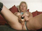 Любительская мастурбация зрелой немецкой блондинки с широкими бёдрами