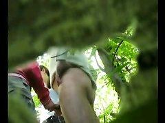 Похотливая дама не замечая скрытую камеру дрочит член возбуждённого ухажёра