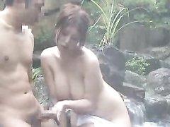 Роскошная любовница с большими сиськами в саду дрочит член поклонника