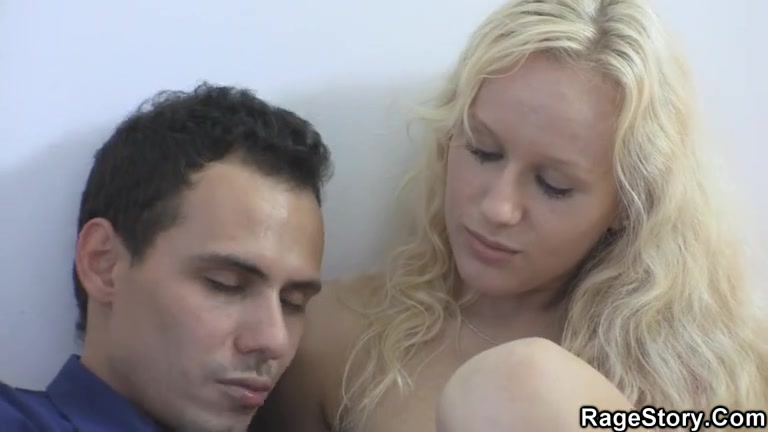 Молодая блондинка сделала домашний минет с глубокой глоткой и жёстко трахнулась