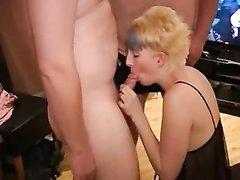 Ласковые блондинки делают домашний минет для группового окончания на лица