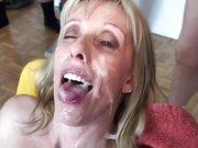 Любительский минет с групповым окончанием на лицо и в рот зрелой блондинки