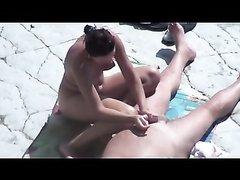 Зрелая брюнетка перед скрытой камерой на солнечном пляже дрочит член любовника