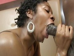 Зрелая негритянка сделала домашний минет и приняла в киску чёрный член