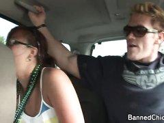 Возбуждённая жена в машине перед мужем увлеклась любительской мастурбацией