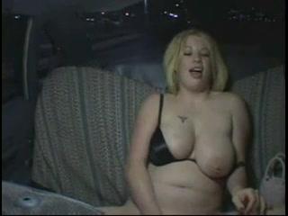 Толстая блондинка с большими сиськами перед скрытой камерой мастурбирует щель
