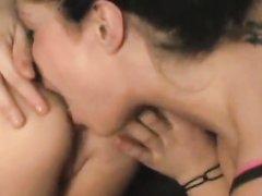 Зрелая лесбиянка делая римминг лижет круглую попу фигуристой любовницы