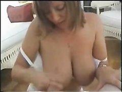 Грудастая домохозяйка строчит отличный минет и дрочит большой член до оргазма